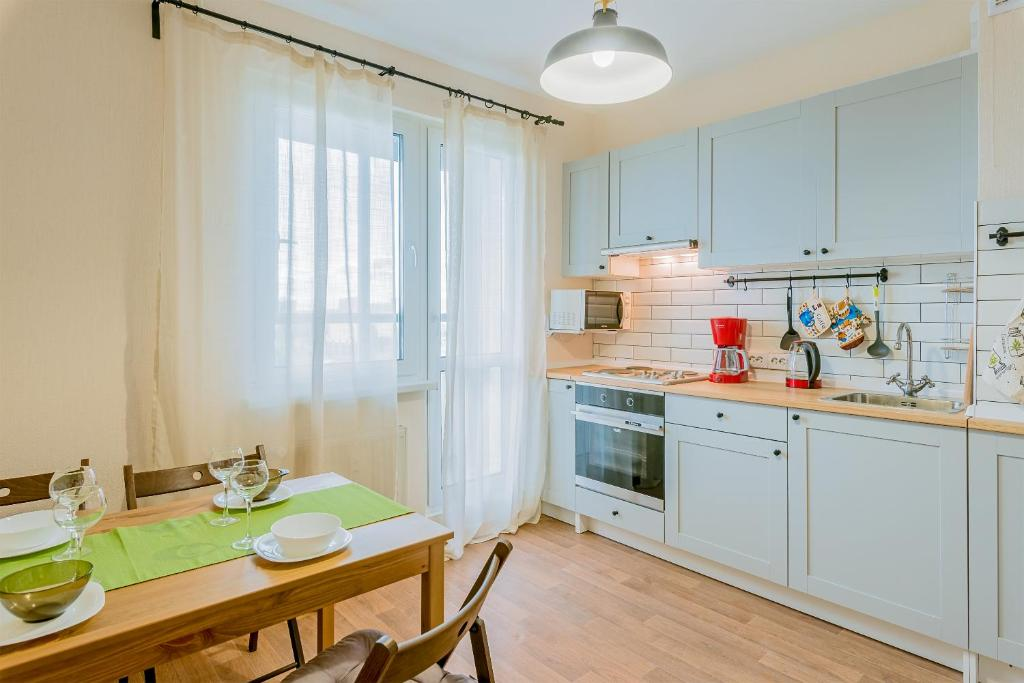 A kitchen or kitchenette at Apartment in Kupchino