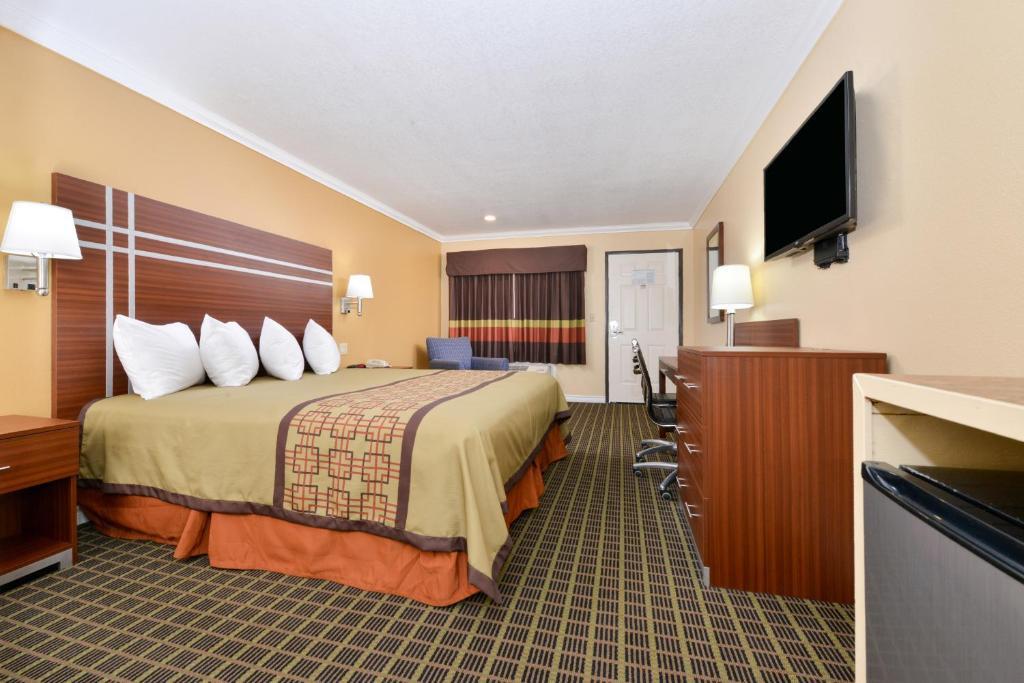 A room at America's Best Value Inn - Azusa Pasadena.