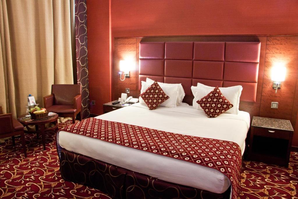 سرير أو أسرّة في غرفة في فندق رامي روز