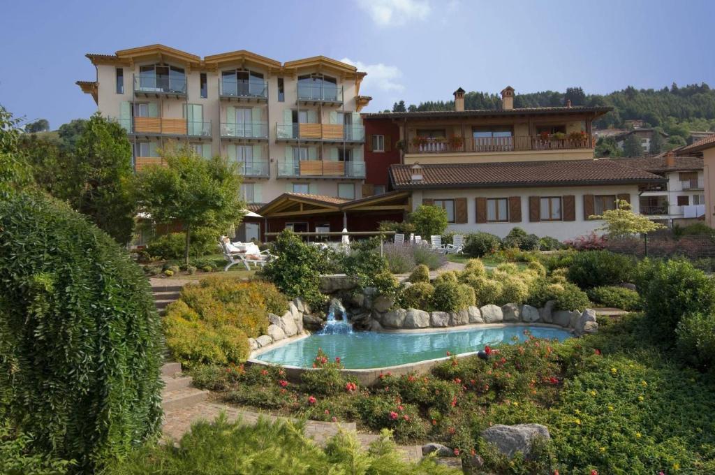 Piscina di Hotel Miralago o nelle vicinanze
