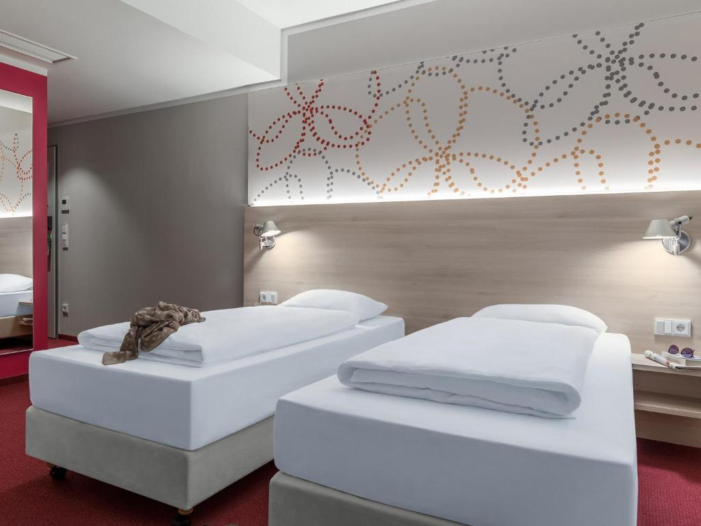 Ein Bett oder Betten in einem Zimmer der Unterkunft Serways Hotel Siegburg West