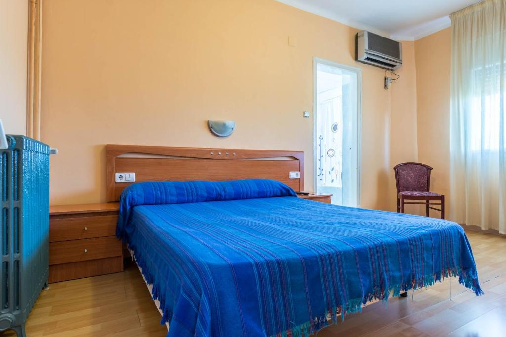A bed or beds in a room at Hostal Urgell