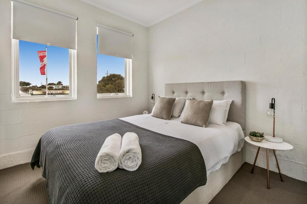 A bed or beds in a room at Sorrento Beach Abode