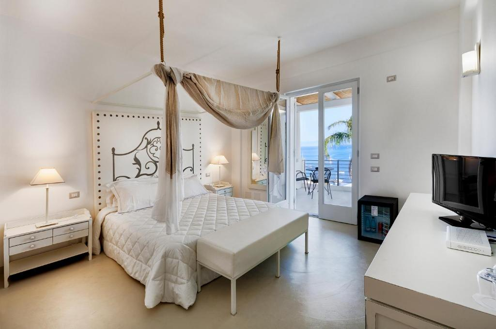 A bed or beds in a room at Hotel Villa Enrica - Aeolian Charme