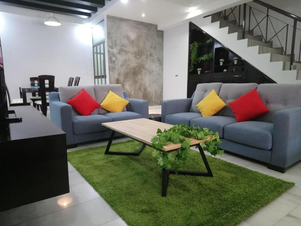 A seating area at Big Family Friends Guesthouse 18pax, Legoland Bukit Indah