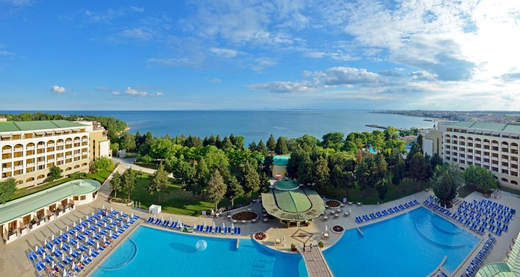 Изглед към басейн в Сол Несебър Палас Ризорт и Аквапарк - Ол инклузив или наблизо
