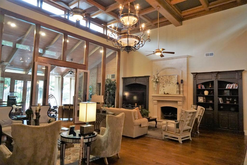 The lounge or bar area at Louisiana Cajun Mansion