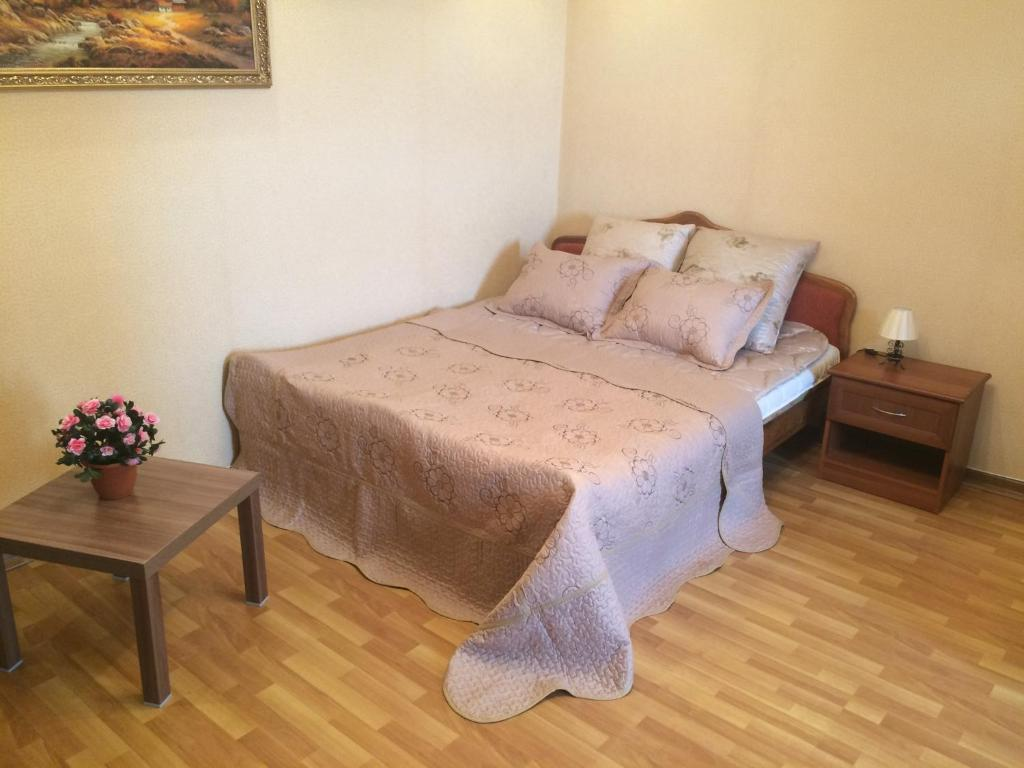 A bed or beds in a room at Apartment On Lunacharskogo 39