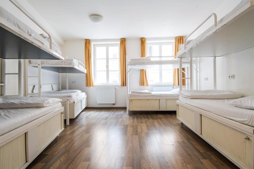 Двухъярусная кровать или двухъярусные кровати в номере Safestay Prague Charles Bridge