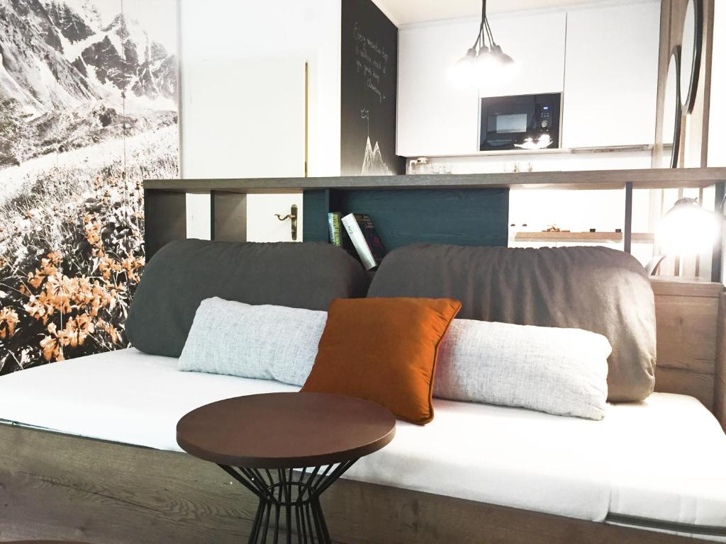 A seating area at Sun Valley Apartment