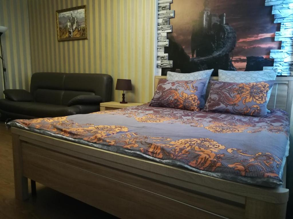 A bed or beds in a room at Apartments on Velizhskaya ulitsa