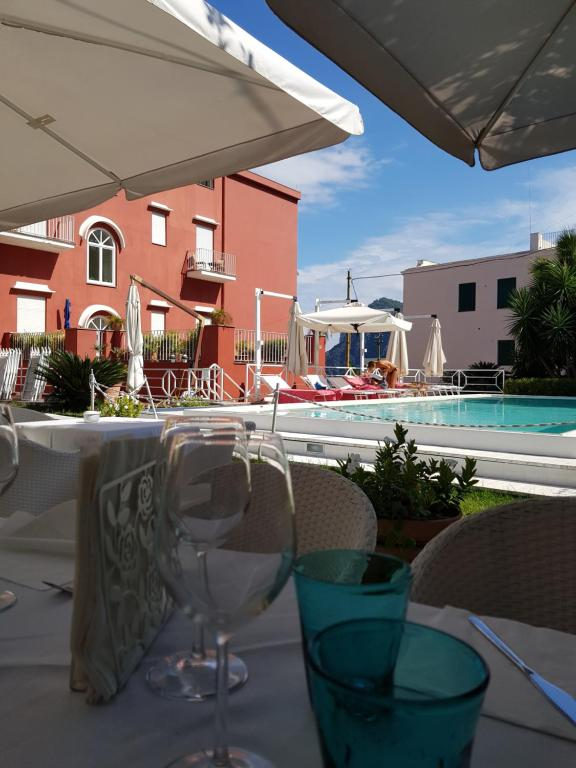 A restaurant or other place to eat at Palatium Mari