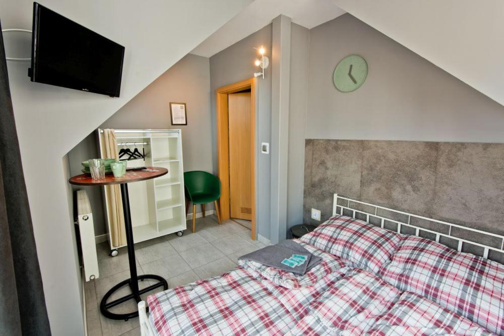Łóżko lub łóżka w pokoju w obiekcie miniHostel Żary