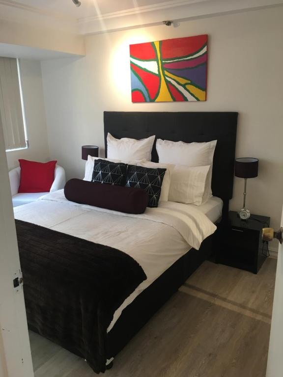 A bed or beds in a room at Sydney City Location