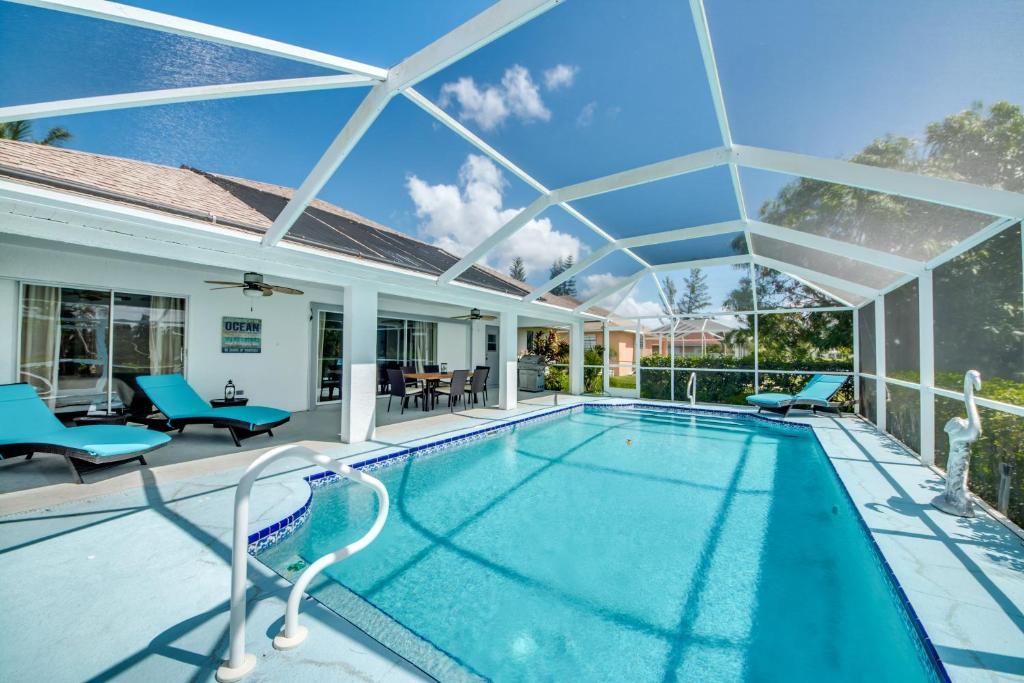 Der Swimmingpool an oder in der Nähe von Villa Waterway Dream