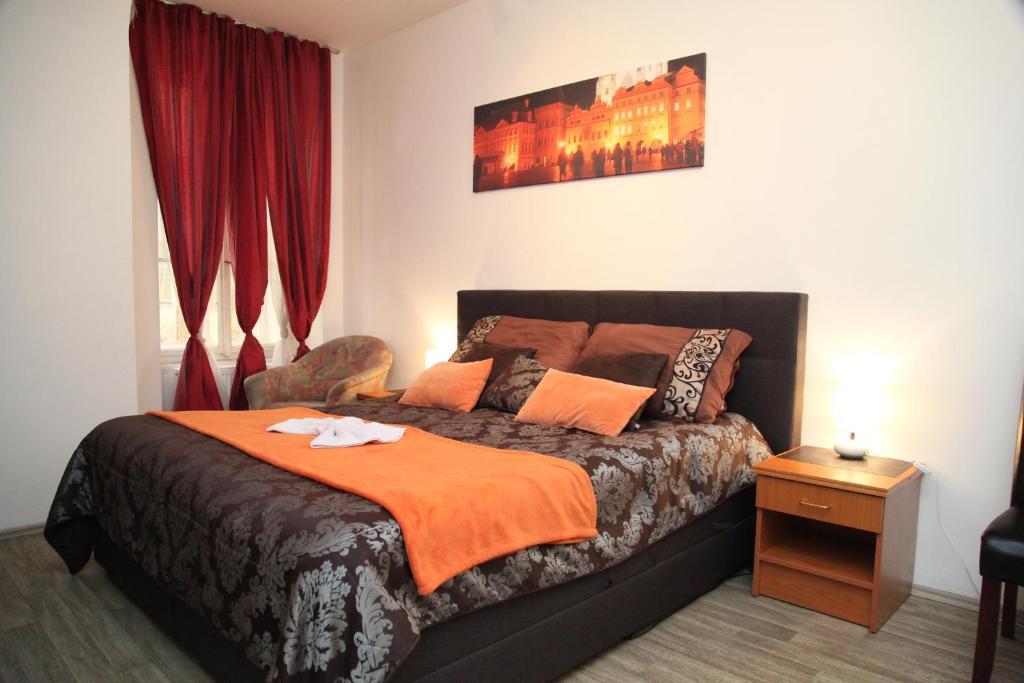 Een bed of bedden in een kamer bij Prague Trendy- Apartments