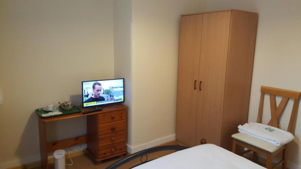 A television and/or entertainment centre at Cedars House Hotel