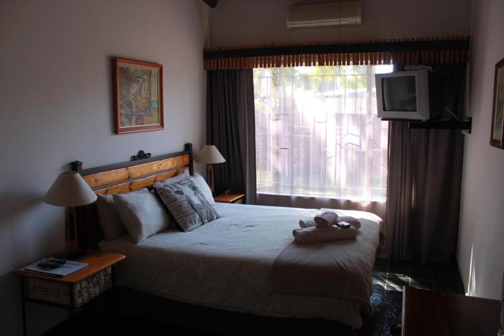 A bed or beds in a room at Gorgeous Gecko Guesthouse