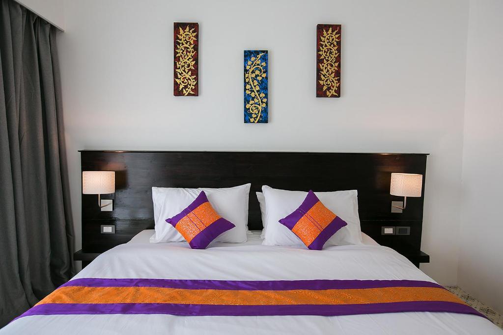 A bed or beds in a room at SakSukSmile Resort
