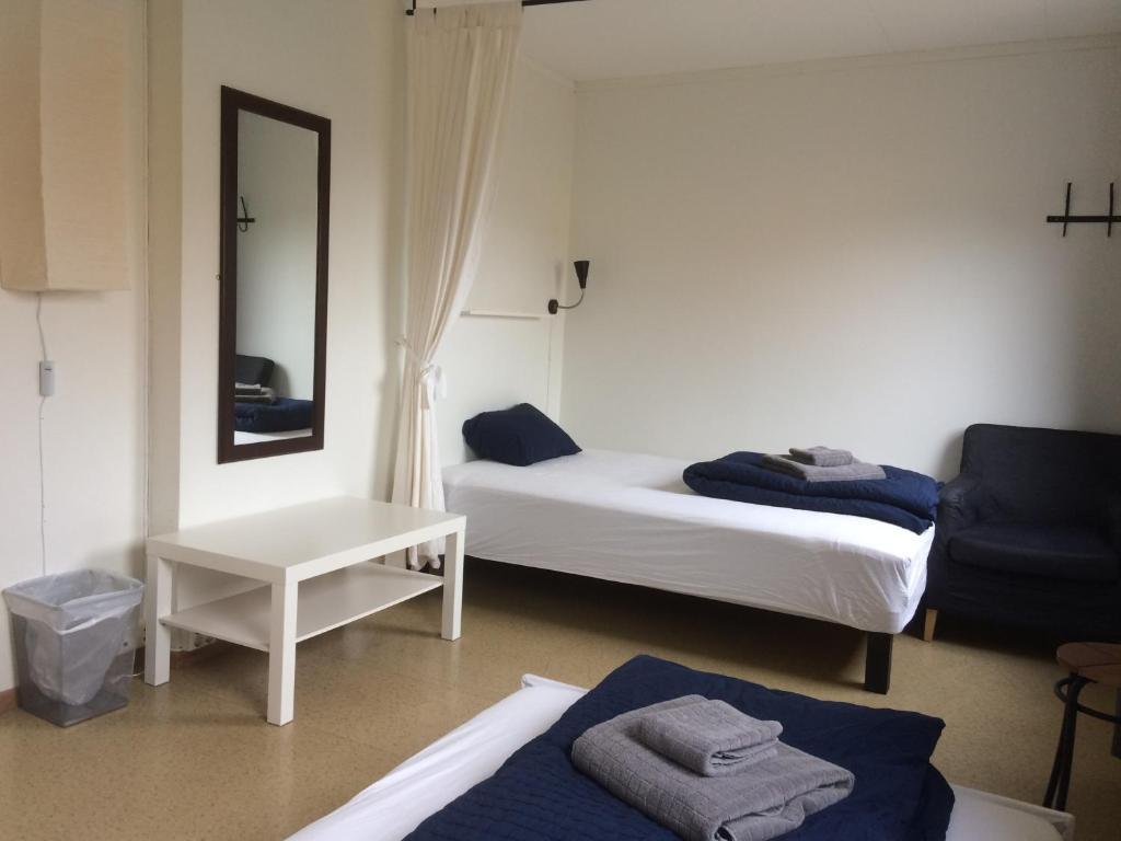 A bed or beds in a room at Haugen Pensjonat Svalbard