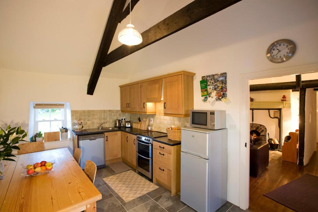 A kitchen or kitchenette at Magherally Cottage