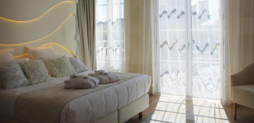 A bed or beds in a room at La Villa Dolce Suites & Chambres d'hôtes