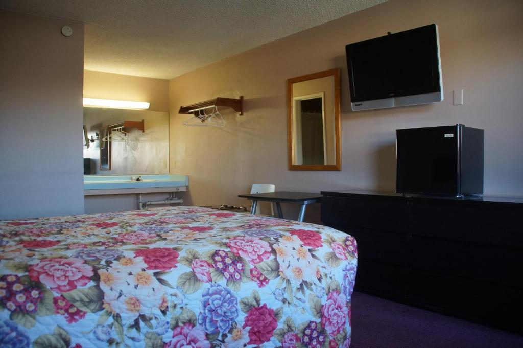 A bed or beds in a room at City Center Motel