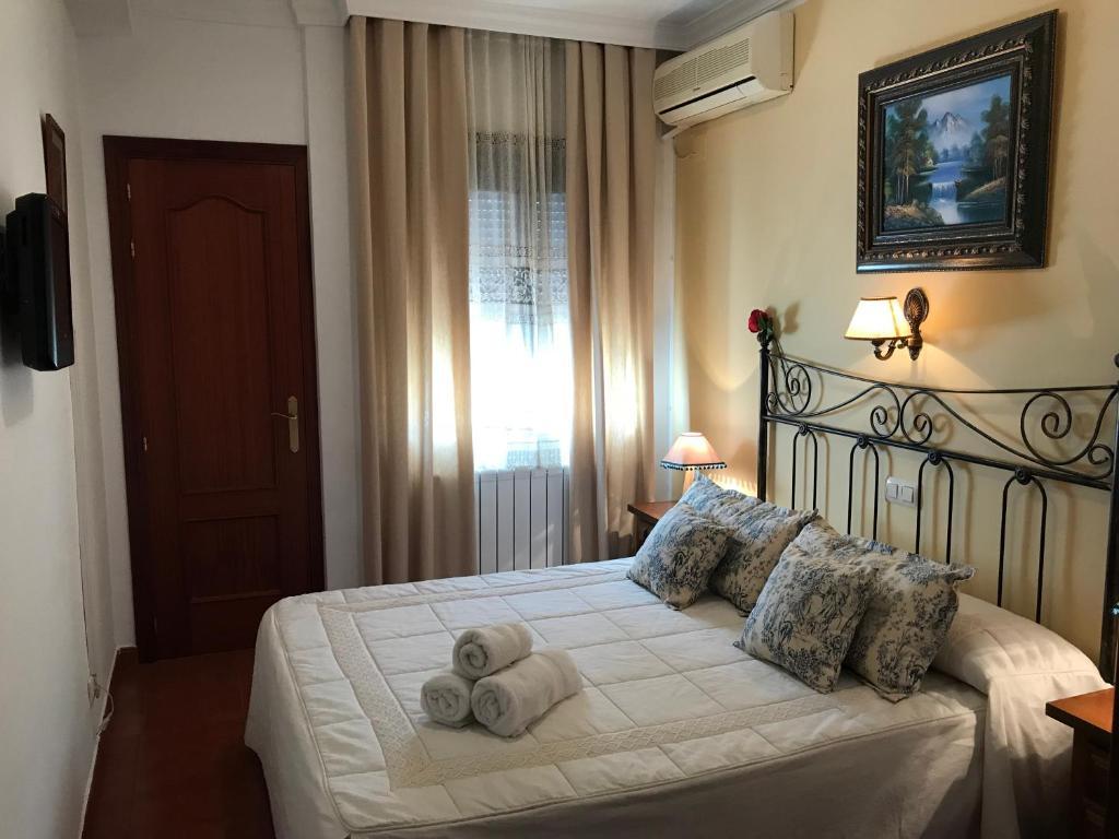 Cama o camas de una habitación en Hostal Rural Plaza