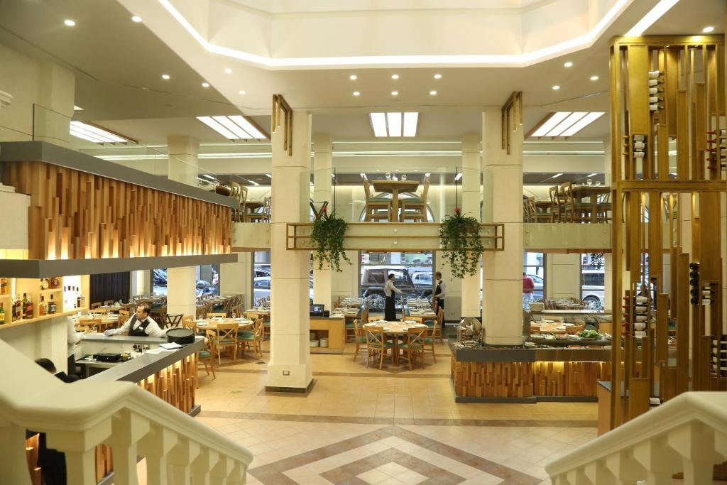 Un restaurante o sitio para comer en Golden Tulip Serenada - Boutique Hotel
