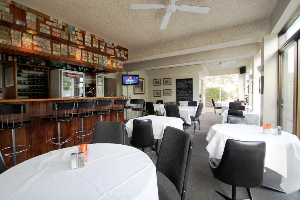 A restaurant or other place to eat at Beaumaris Bay Motel