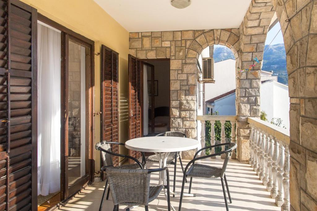 Guesthouse Blue Coast tesisinde bir balkon veya teras