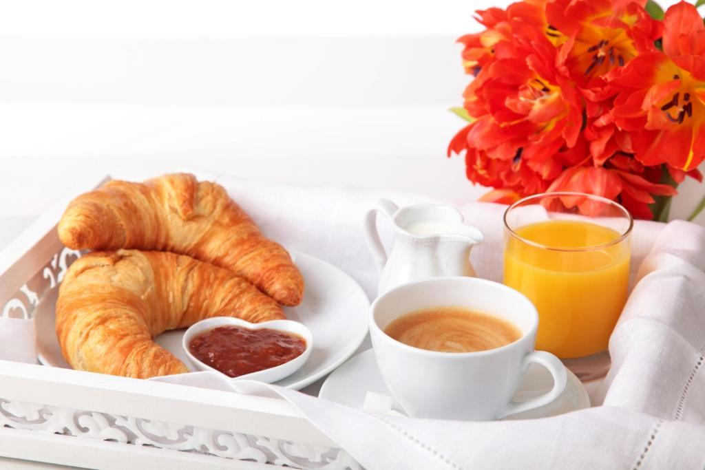 Breakfast options available to guests at Le Chalet d'Alizée