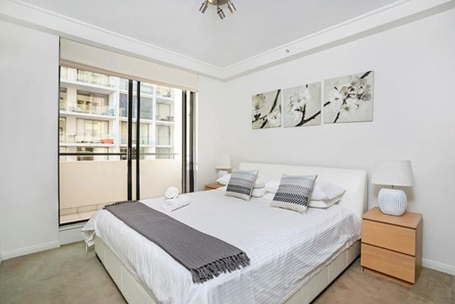 A bed or beds in a room at Two Bedroom Apartment Napier Street II(AX301)