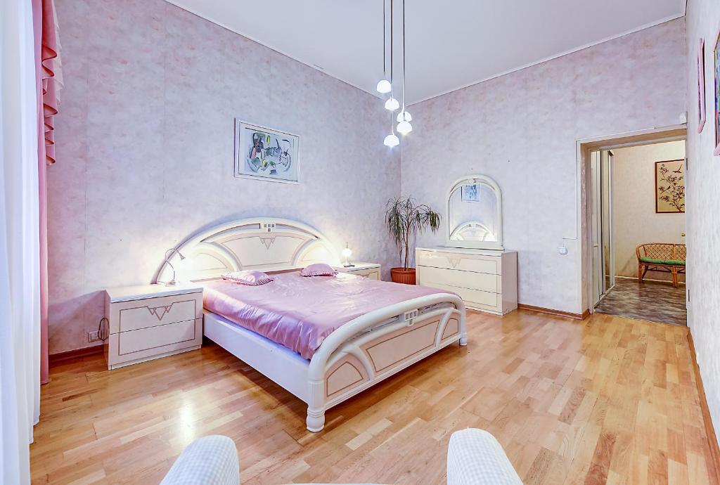 A bed or beds in a room at Apartment №3 on Moyka 27