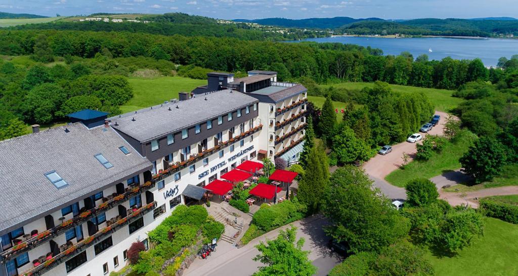 Blick auf Victor's Seehotel Weingärtner Bostalsee aus der Vogelperspektive