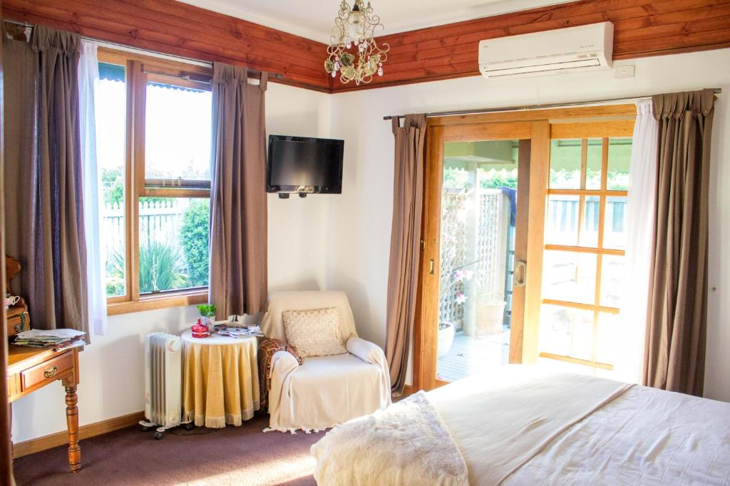 A bed or beds in a room at Billabong Cottage