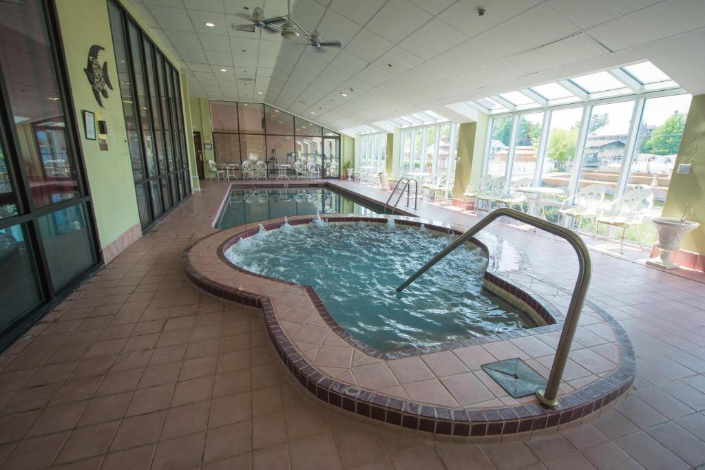 The swimming pool at or close to Riveredge Resort Hotel