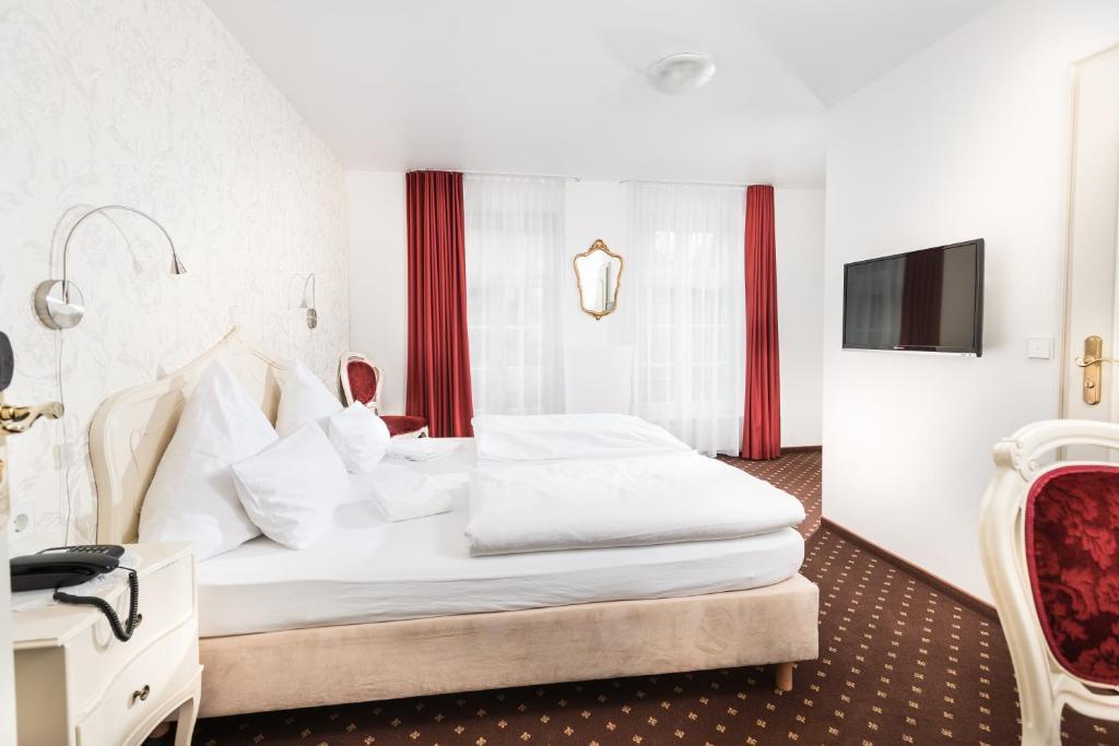 Ein Bett oder Betten in einem Zimmer der Unterkunft Hotel Einhorn