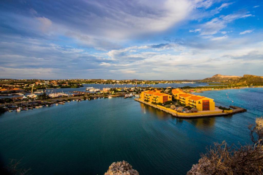 Uma vista aérea de Palapa Beach Resort Curacao