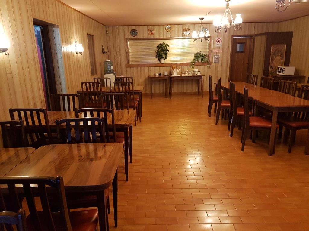 Un restaurant u otro lugar para comer en La Posada de Pinky Hotel