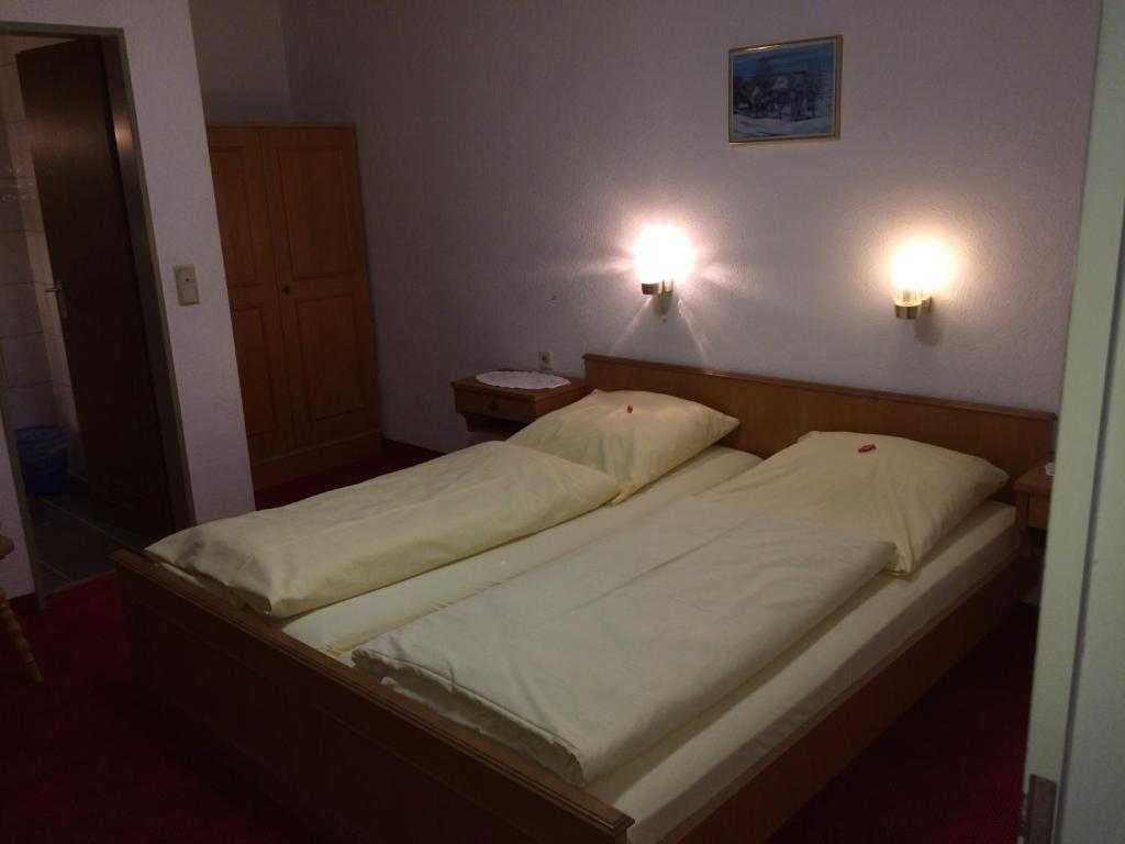 A bed or beds in a room at Hotel-Restaurant Hellmann