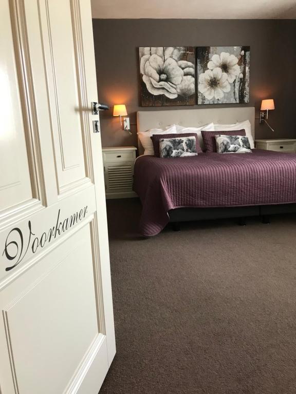 A bed or beds in a room at B&B De Koog Texel