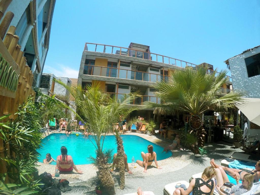Het zwembad bij of vlak bij Banana's Adventure Hostel