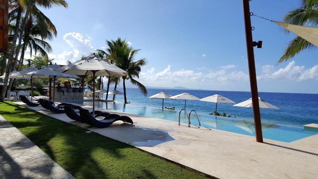 The swimming pool at or near Apartment Ocean Front Infiniti Blu