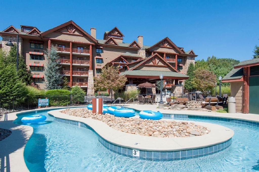The swimming pool at or near Bearskin Lodge on the River