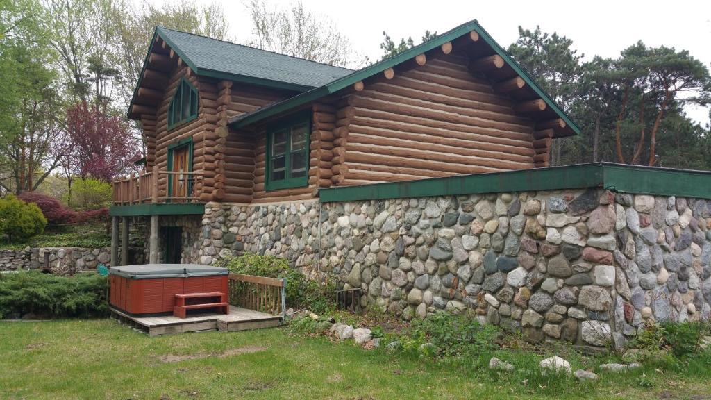 Waterfront Hidden Pines Log Cabin