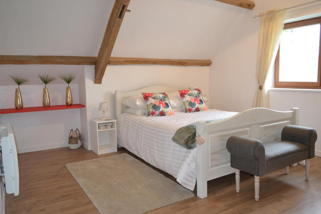 A bed or beds in a room at Chambres d'hôtes - West Wing Suite Beautiful Two-Bedroom Private Apartment part of Hirondelle Farm with 2 other similar Apartments