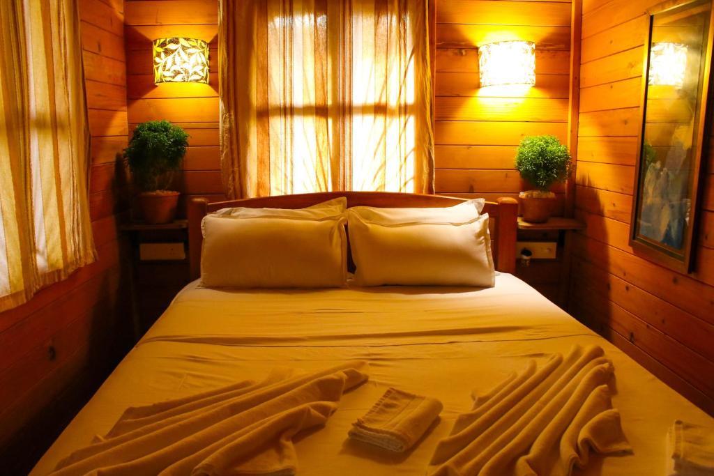 Ein Bett oder Betten in einem Zimmer der Unterkunft Pele's Windsong Wood Cottage on the beach