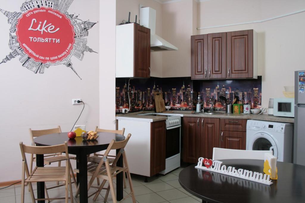 Кухня или мини-кухня в Лайк Хостел Тольятти