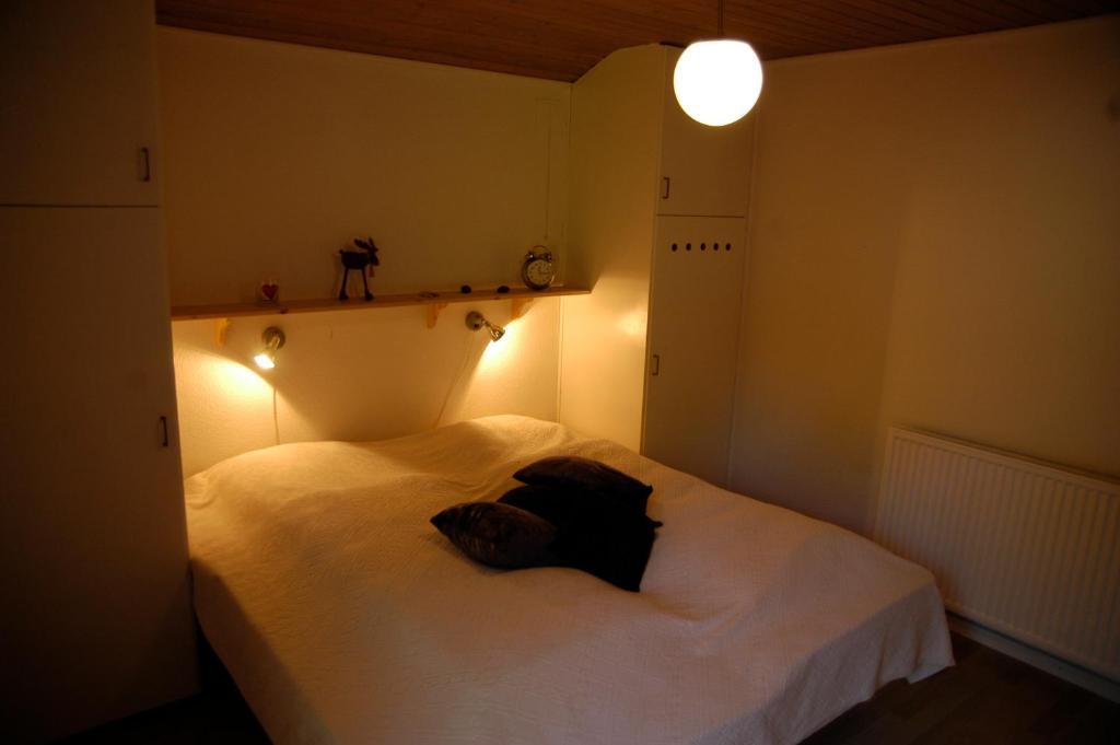 En eller flere senge i et værelse på Nymindegab Overnatning